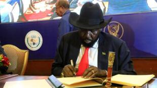 رئيس جنوب السودان سلفا كير أثناء توقيعه على اتفاق لوقف إطلاق النار في العاصمة السودانية الخرطوم