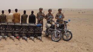 الجيش الجزائري وخمسة أفراد موقوفين