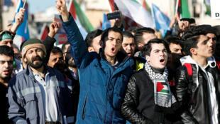 حشود من المتظاهرين الأتراك ضد قرار ترامب