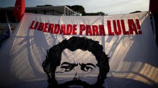 يافطة تطالب باطلاق سراح لويس إيناسيو لولا دا سيلفا
