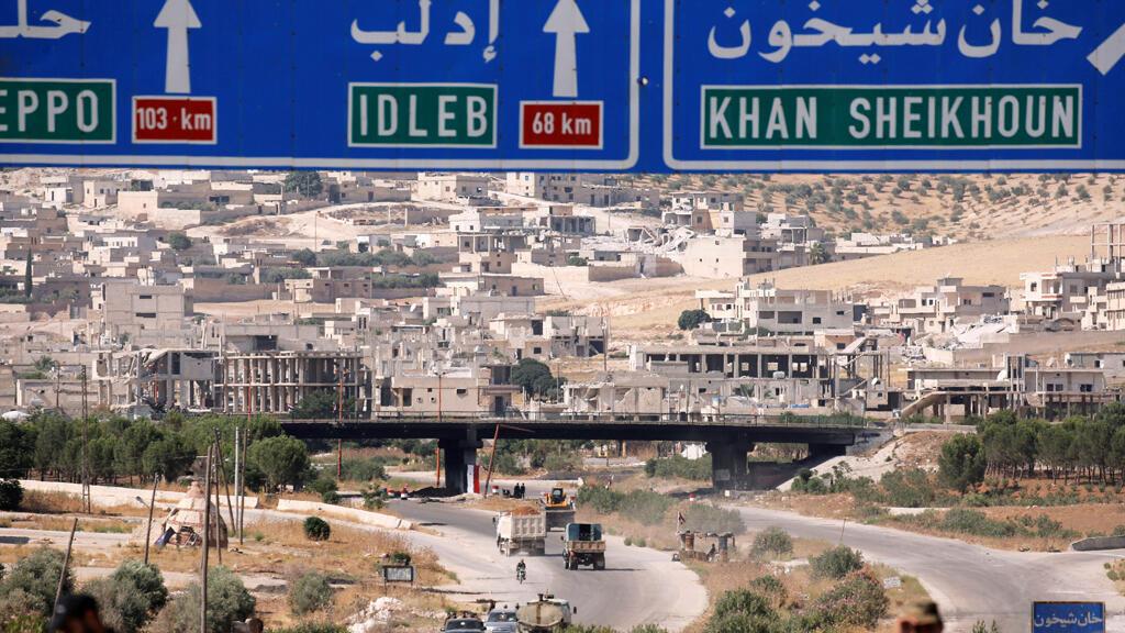 علامات اتجاه الطريق مصورة عند مدخل طريق خان شيخون بإدلب-