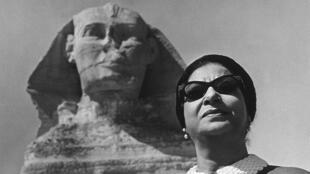 أم كلثوم في موقع أهرامات الجيزة عام 1967