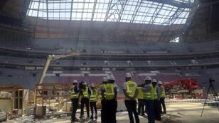 عمال أجانب في ملعب رياضي، مدينة الخور، قطر (04-12-2018)