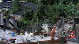 عمال الإنقاذ يبحثون في موقع انهيار طيني بعد هطول أمطار غزيرة على حي فيلا المثالي في بيلو هوريزونتي-