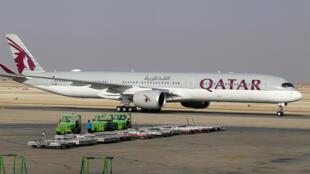 الطائرة القطرية تحط في مطار الرياض