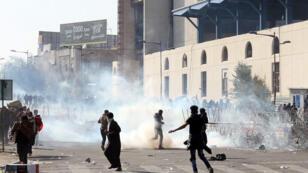 مواجهات بين أنصار رجل الدين الشيعي مقتدى الصدر وقوات الأمن العراقية وسط بغداد