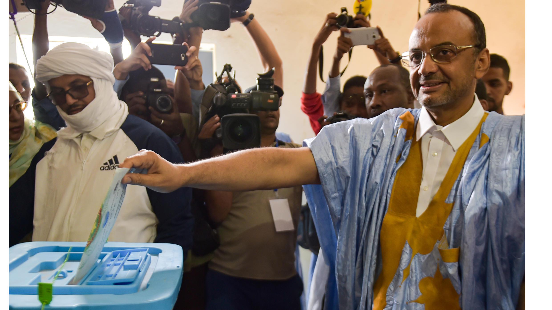 سيدي محمد ولد بوبكر ، رئيس الوزراء السابق ، ورئيس السلطة التنفيذية الانتقالية (2005-2007) ومرشح للانتخابات الرئاسية المدعومة من حزب المعارضة الإسلامي ورجل الأعمال القوي والأثرياء محمد ولد بوماتو  ، يدلي بصوته في 22 يونيو ، 2019 ، في مركز اقتراع في نواكشوط خلال الانتخابات الرئاسية.
