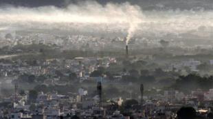 الدخان يتصاعد من مدخنة مصنع في مدينة أجمر، شمال الهند في 2 نوفمبر / تشرين الثاني 2020