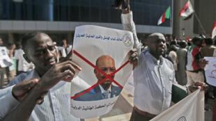 متظاهرون يحتفلون بحل المؤتمر الوطني السوداني