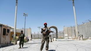 عنصران من القوات الحكومية الأفغانية