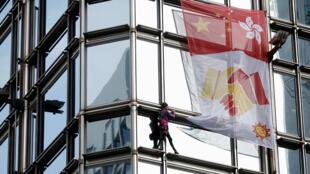 """""""الرجل العنكبوت"""" الفرنسيألان روبير  يتسلق برجا في هونج كونج"""