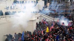 خلال اقتحام مبنى الكونغرس الأمريكي في واشنطن
