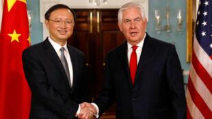 وزير الخارجية الأمريكي ريكس تيلرسون يصافح نظيره الصيني يانغ جيتشي
