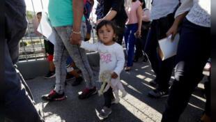 /أسر مكسيكية مهاجرة تتقدم بطلبات لجوء على الحدود بين المكسيك والولايات المتحدة