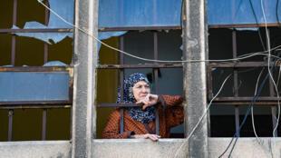 لبنانية تحطم منزلها خلال انفجار مرفأ بيروت