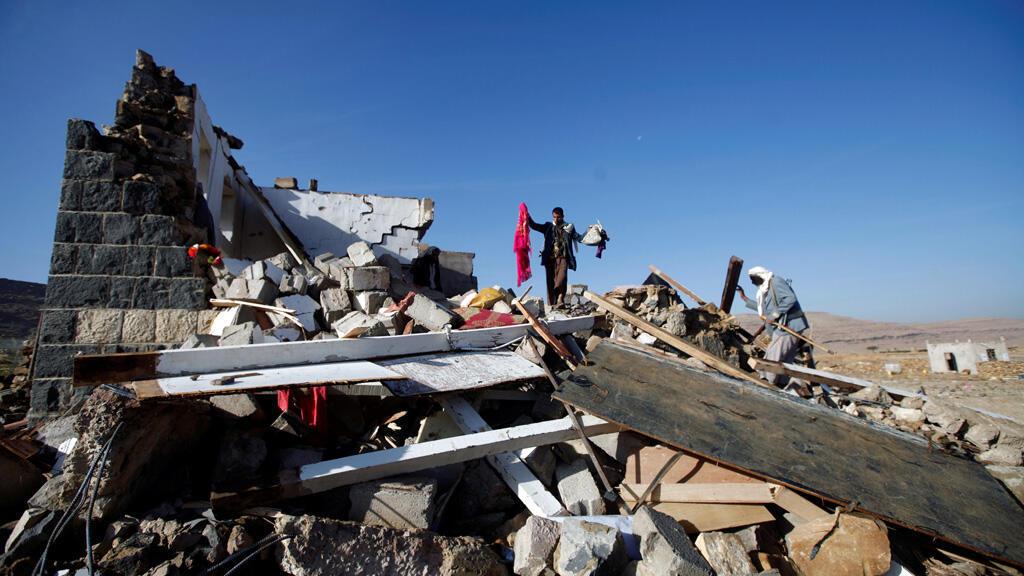 منزل سكني مدمرنتيجة القصف الجوي للتحالف العربي  الذي تقوده  السعودية في شمالي العاصمة صنعاء