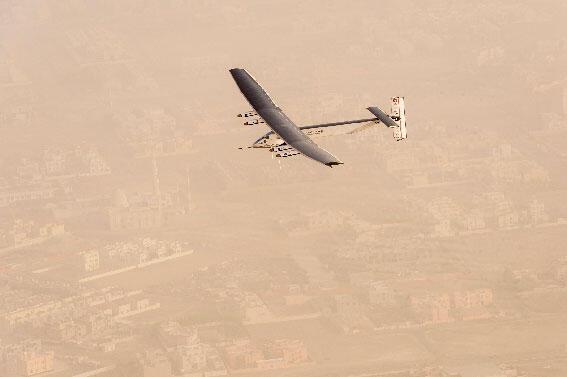 """الطائرة الشمسية """"سولار أمبلس 2"""" في سماء أبو ظبي في أولى لحظات رحلتها حول العالم"""
