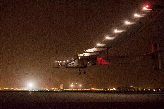 """الطائرة الشمسية """"سولار أمبلس2"""" تهبط في مسقط واصلة من أبو ظبي (المصدر: رويترز)"""