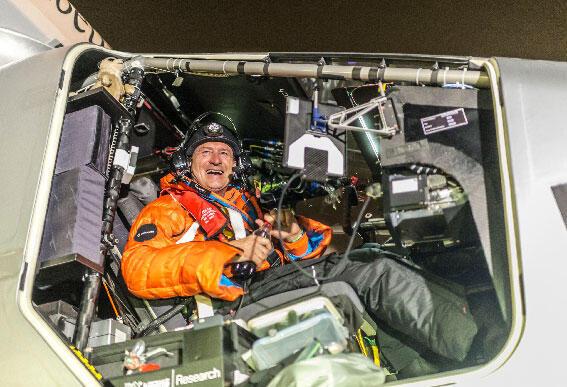 """ربان الطائرة """"سولار أمبلس 2"""" برتران بيكار في اللحظة الأولى بعد هبوطه بالطائرة في مسقط"""