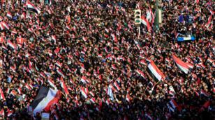 أنصار رجل الدين الشيعي مقتدى الصدر خلال مظاهرة وسط بغداد للمطابة بإصلاح قانون الانتخابات