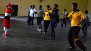 ضباط بشرطة إقليم جاوة الشرقية الإندونيسي يمارسون التمارين ضمن برنامج لإنقاص الوزن
