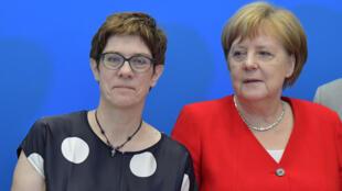 أنغريت كرامب-كارنباور صحبة المستشارة الألمانية أنغيلا ميركل