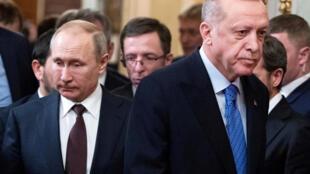 الرئيسان التركي رجب طيب أردوغان والروسي فلاديمير بوتين إثر محادثاتهما في موسكو (05 آذار/ مارس 2020)