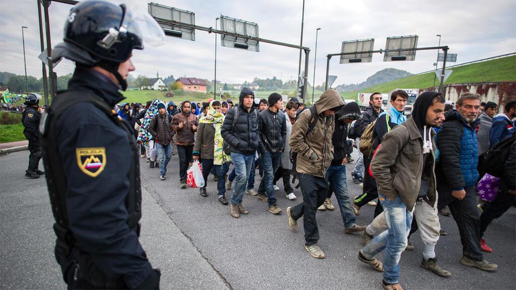 لاجئون ومهاجرون على الحدود بين سلوفينيا والنمسا في 22 تشرين الأول 2015