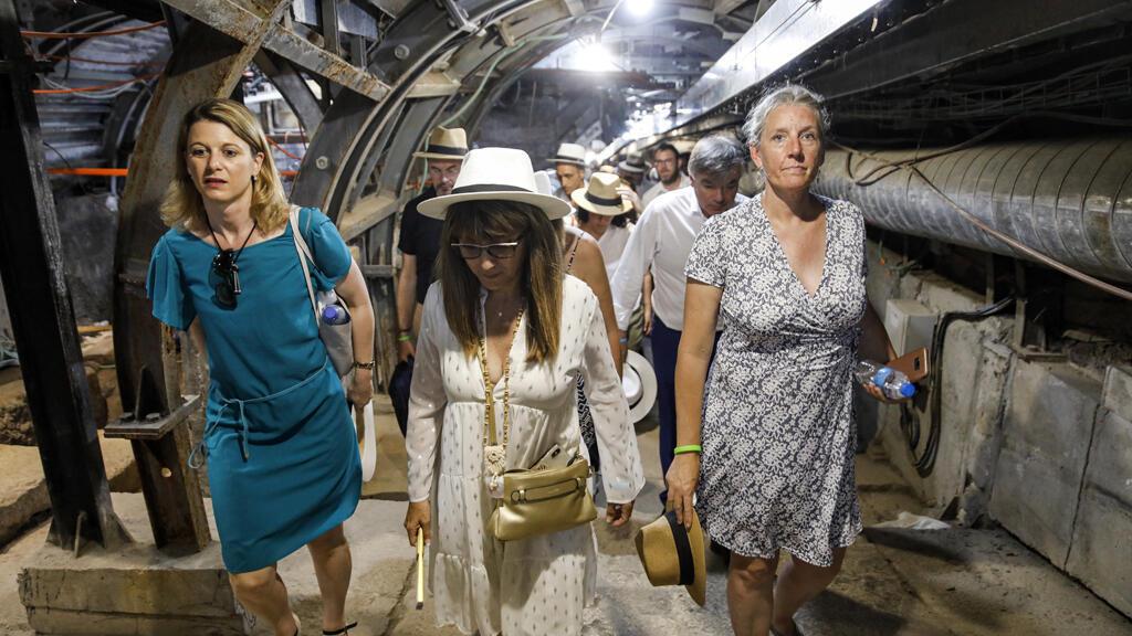 """أعضاء من البرلمان الفرنسي يتجولون داخل طريق نفق قديم يسمى """"طريق الحجاج"""" في مدينة في القدس الشرقية المحتلة"""