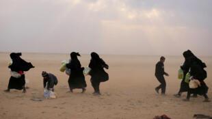 نساء  وأطفال فارّين في سوريا