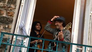 توما غوبيتش وابنه نوح يعزفان من شرفتهما