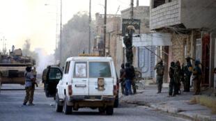 """قوات عراقية تقوم بنزع راية تنظيم """"الدولة الإسلامية"""" في مدينة تلعفر، العراق"""