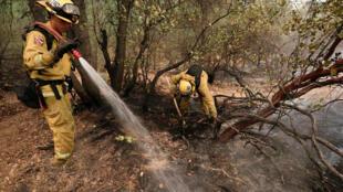 رجل اطفاء يحاول مكافحة حريق /