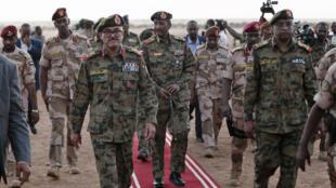 رئيس المجلس الانتقالي السوداني عبد الفتاح البرهان مع قيادات من الجيش