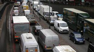 ازدحام السيارات والشاحنات، لندن، بريطانيا
