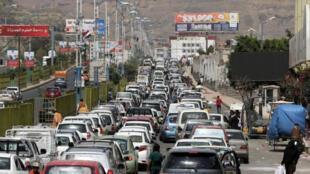 سيارات تنتظر للتزود بالوقود في صنعاء