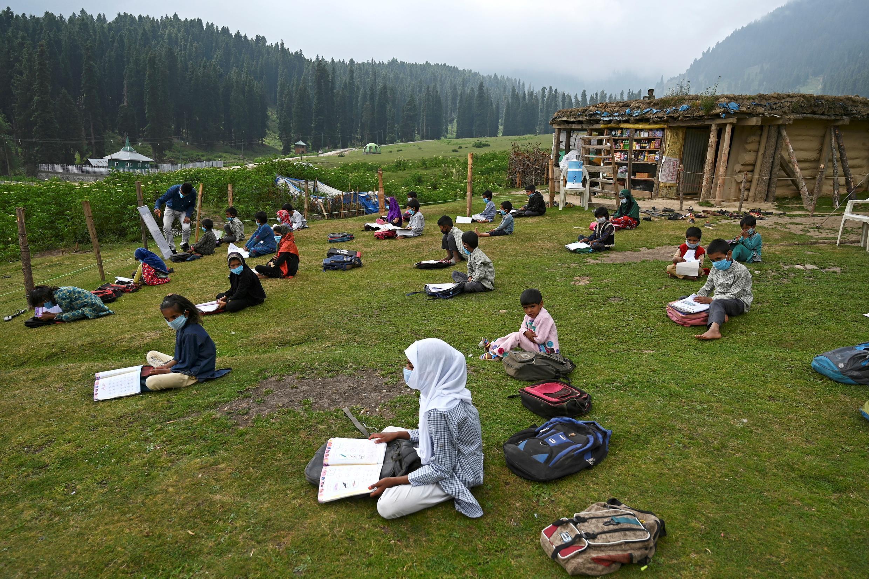 مدرسة في الهواء الطلق في كشمير الهندية