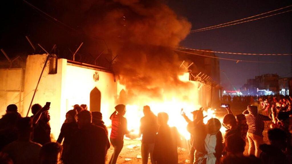 محتجون عراقيون يضرمون النار بالقنصلية الإيرانية في مدينة النجف جنوب بغداد