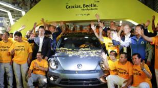 """الاحتفال بإنتاج آخر سيارة """"بيتل"""" في مصنع فولكسفاغن في المكسيك"""