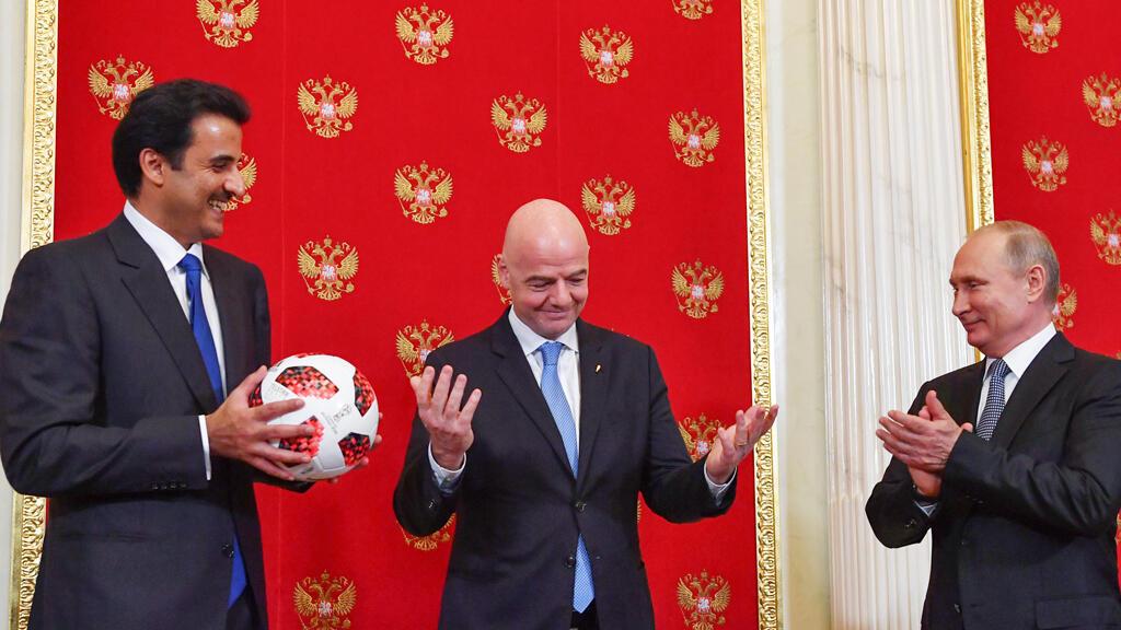 الأمير القطري تميم بن حمد آل ثاني يتسلم كرة مونديال روسيا من الرئيس فلاديمير بوتين