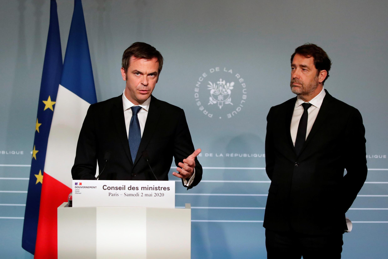 وزير الصحة الفرنسي أوليفييه فيران ، ووزير الداخلية  كريستوف كاستانير في مؤتمر صحفي بعد اجتماع مجلس الوزراء في قصر الإليزيه  في باريس ، فرنسا في 2 مايو 2020