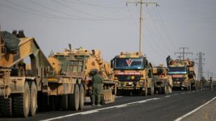 مركبات تابعة للجيش التركي على طريق بالقرب من بلدة سيلينبار الحدودية التركية-