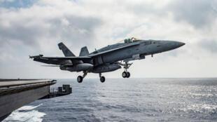 صورة طائرة حربية أمريكية تقلع من حاملة الطائرات ايزنهاور في البحر الأبيض المتوسط يوم 28 يونيو 2016