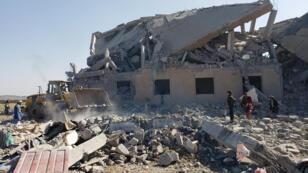 es-personnes-fouillent-les-décombres-sur-le-site-des-frappes-aériennes-sous-le-contrôle-de-l'Arabie-saoudite_-centre-de-détention-_houthi_-Dhamar_reuters