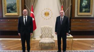 الرئيس التركي رجب طيب أردوغان يستقبل وزير الخارجية اليوناني نيكوس ديندياس في المجمع الرئاسي في أنقرة بتاريخ 15 أبريل 2021