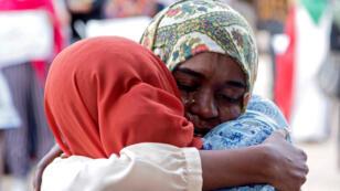 إمرأتان سودانيتان تبكيان