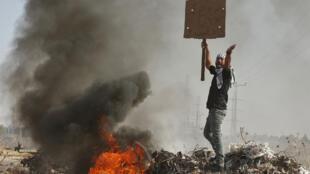 متظاهر فلسطيني  خلال اشتباكات مع القوات الإسرائيلية ، غزة 16 أكتوبر 2015.