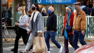 People wearing face masks walk at Kurfuerstendamm boulevard, as the coronavirus disease (COVID-19) outbreak continues, in Berlin, Germany, October 24, 2020. REUTERS/Fabrizio Bensch