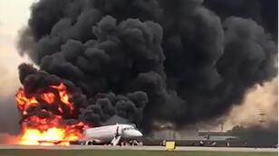 حريقًا من طائرة Superjet-100 روسية الصنع في مطار شيريميتيفو خارج موسكو. ذكرت وكالة إنترفاكس أن الطائرة ، أ