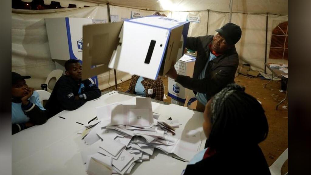 مسؤولون يفرزون الأصوات في لجنة انتخابية في جوهانسبرج